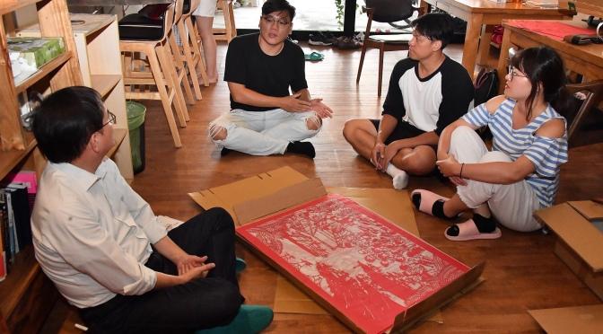 劉櫂豪挺青年在地創業 贈紙雕旅行書給外籍學生